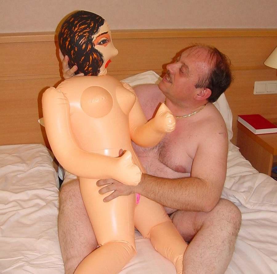 парень трахает дорогую резиновую куклу долго, почти