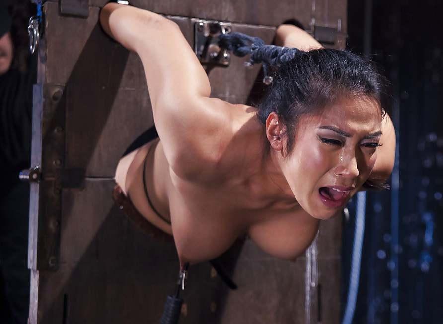 Порно рабыня плачет от боли