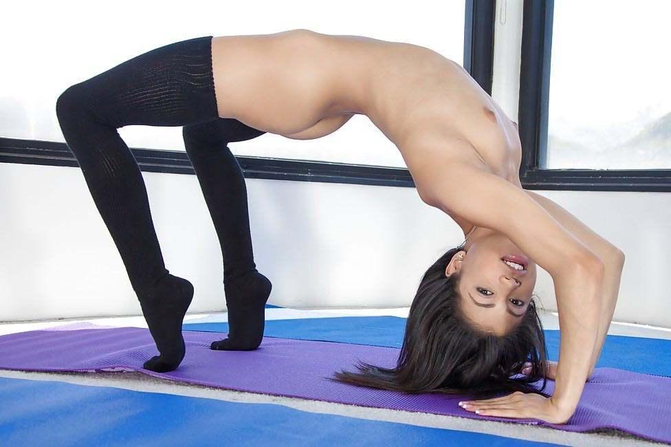 голая гимнастка разминается на полу на фото